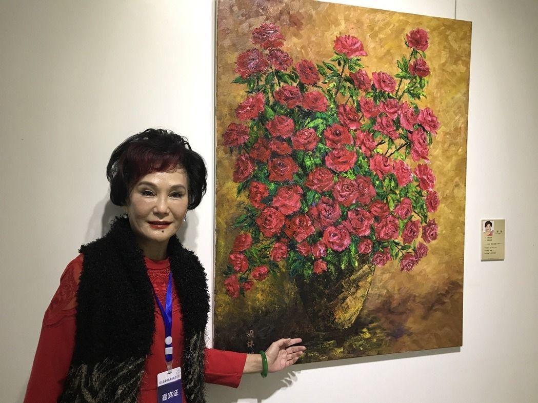 胡錦出席重慶兩岸電視節書畫展,氣色不錯,和她的作品合影。記者楊起鳳/攝影