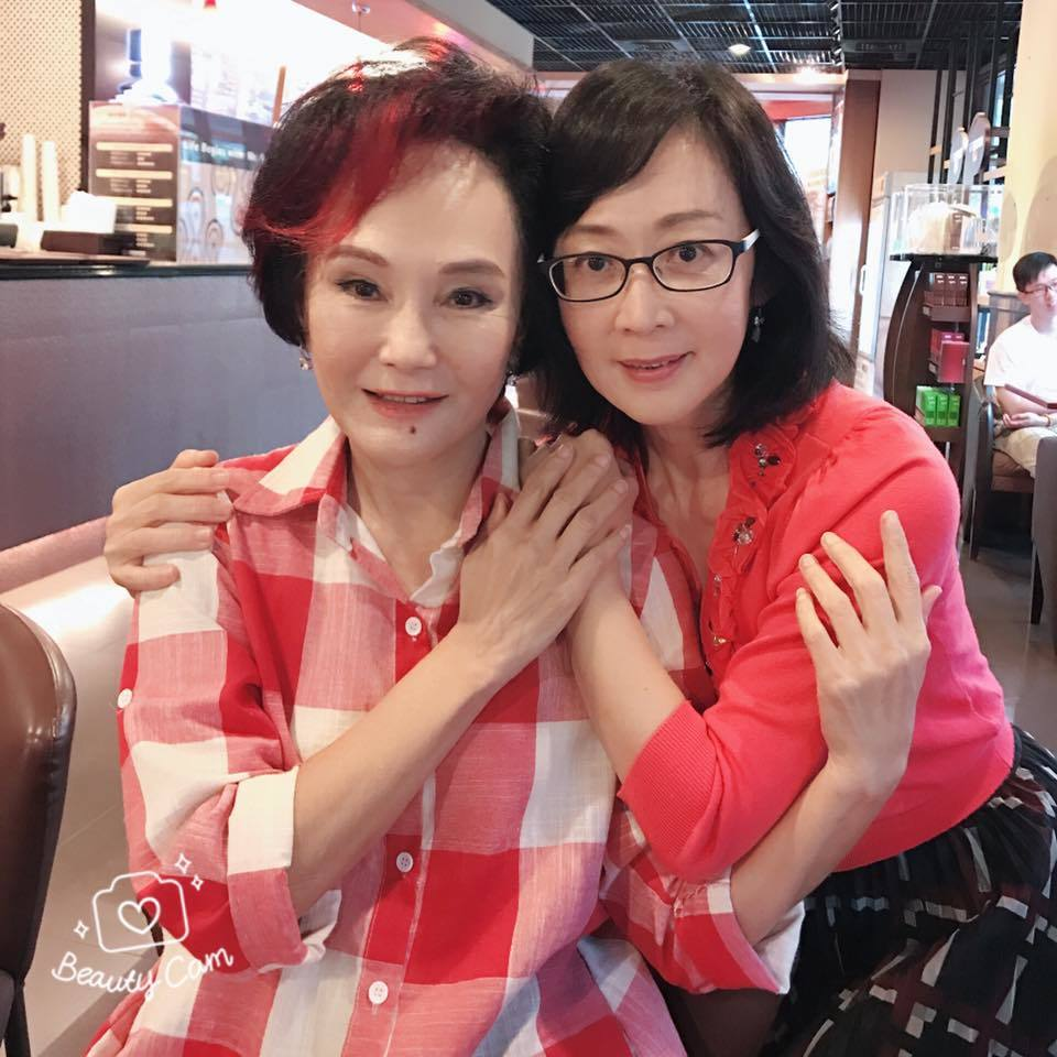 粘嫦鈺(右)分享胡錦考取政大EMBA的好消息。圖/摘自粘嫦鈺臉書