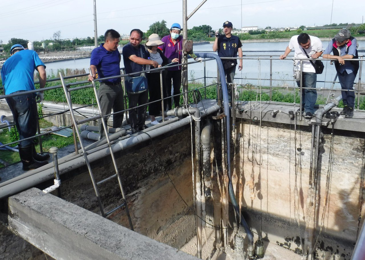 彰化檢方到電鍍工廠追查業者涉嫌違法繞流偷排未經處理的廢水行為。本報資料照片