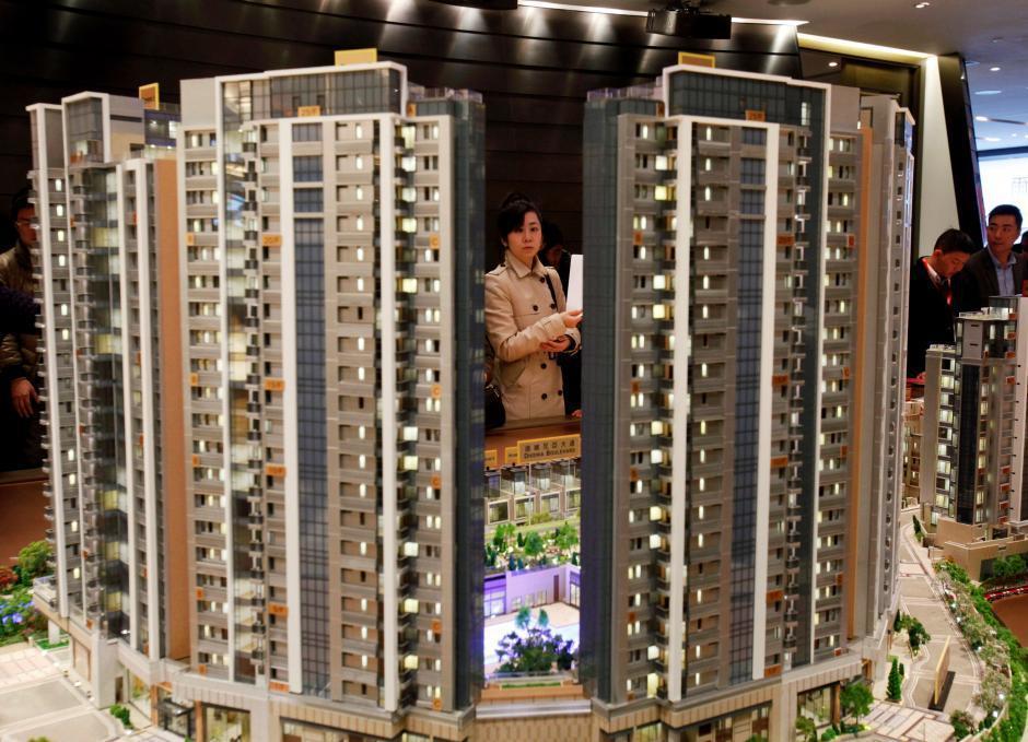 香港的房地產業者要求潛在買主必須先交高達700萬港幣(90萬美元),才能參觀新蓋...