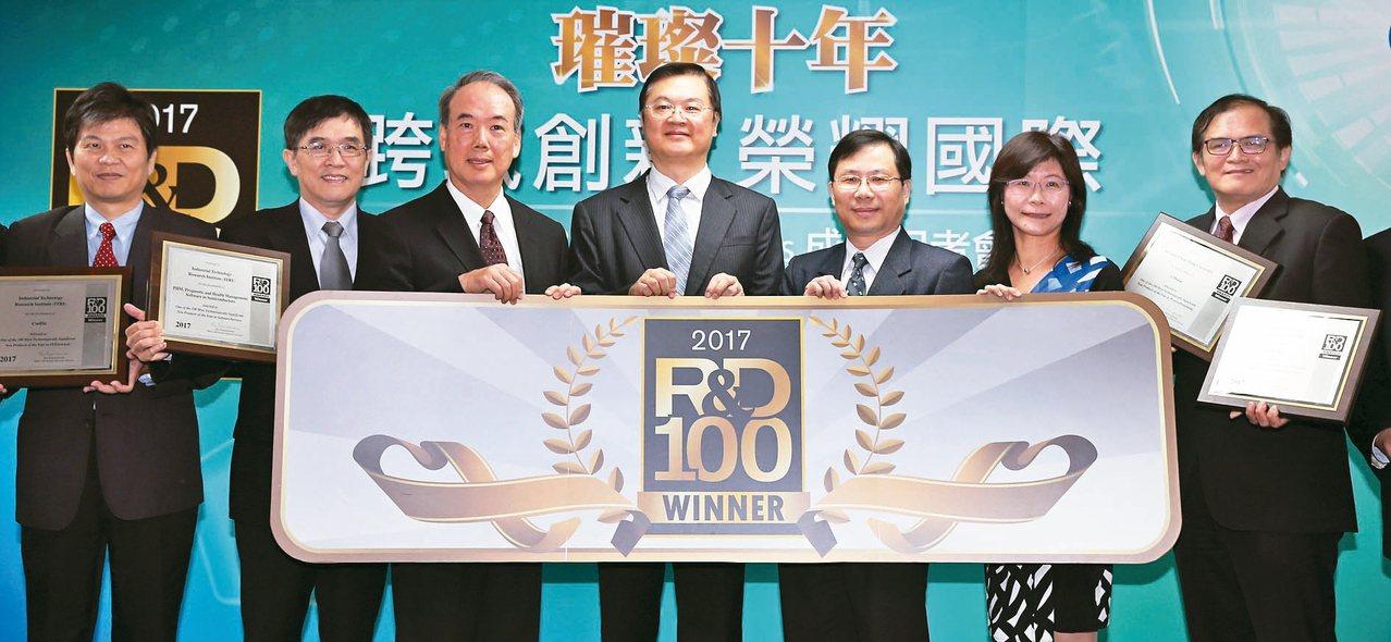 工研院勇奪 R&D 100 Awards的9項大獎,經濟部技術處長羅達生(中)、...