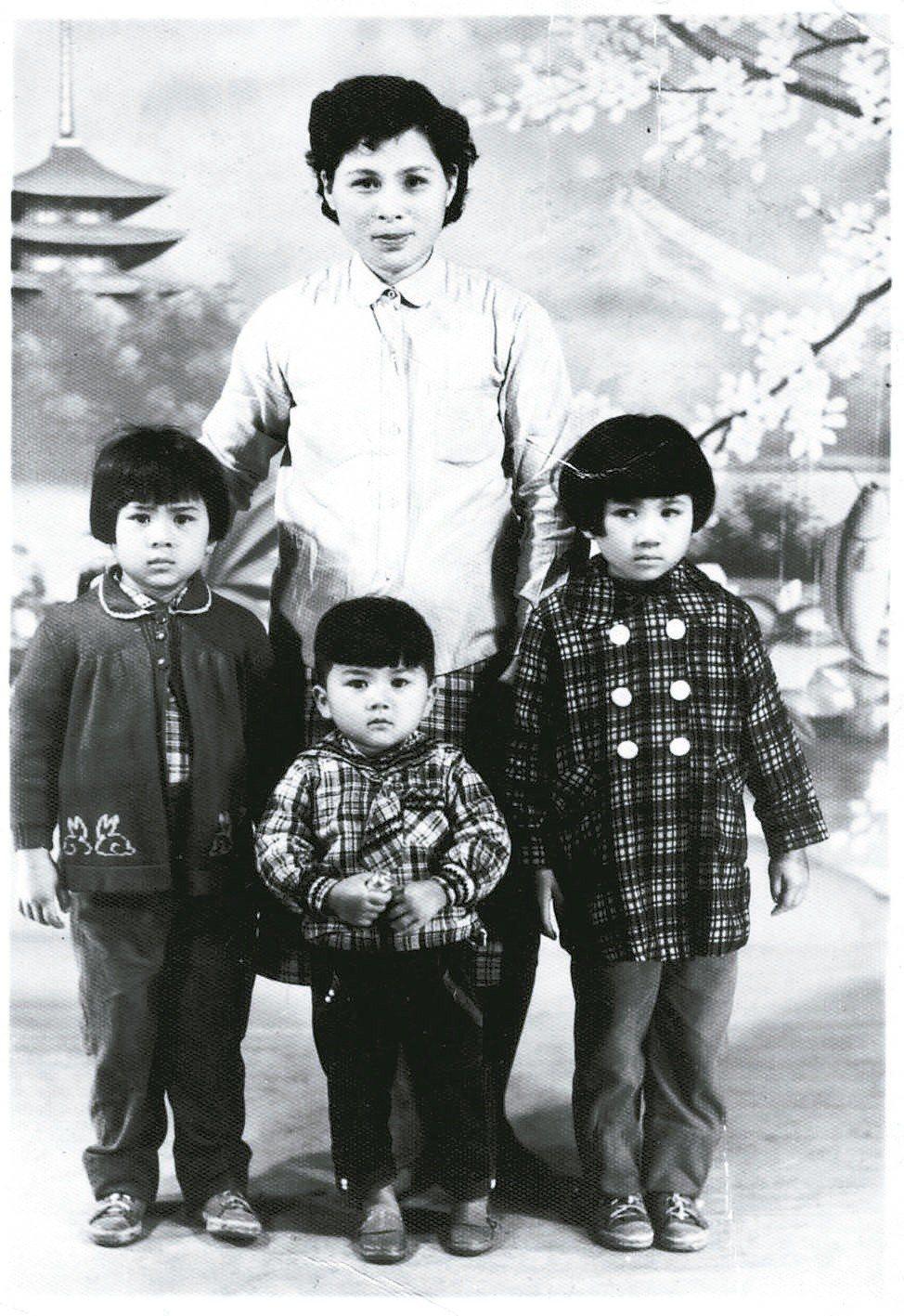 1962年季季母親(38歲)與五女(8歲)六女(7歲)及幼子(4歲)合影。 季季...