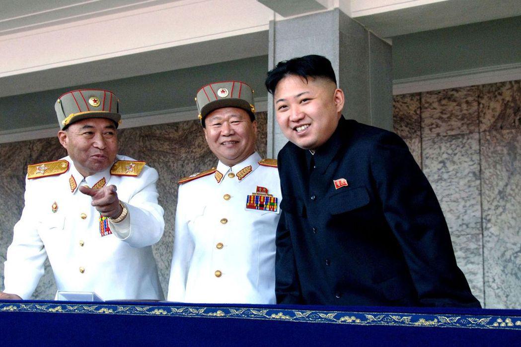 北韓前「二把手」、現任朝鮮勞動黨副主席崔龍海(中)主導了這場整肅行動。 美聯社