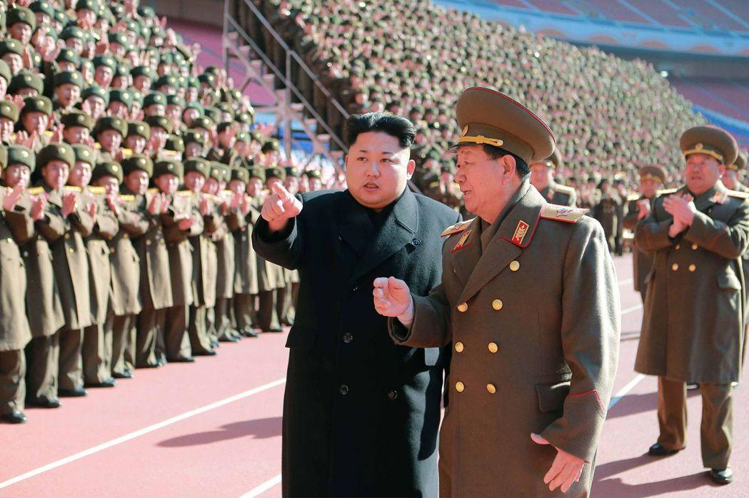 與北韓最高領導人金正恩一向如影隨形的北韓總政治局長黃炳瑞(中)近日遭到整肅。 法...