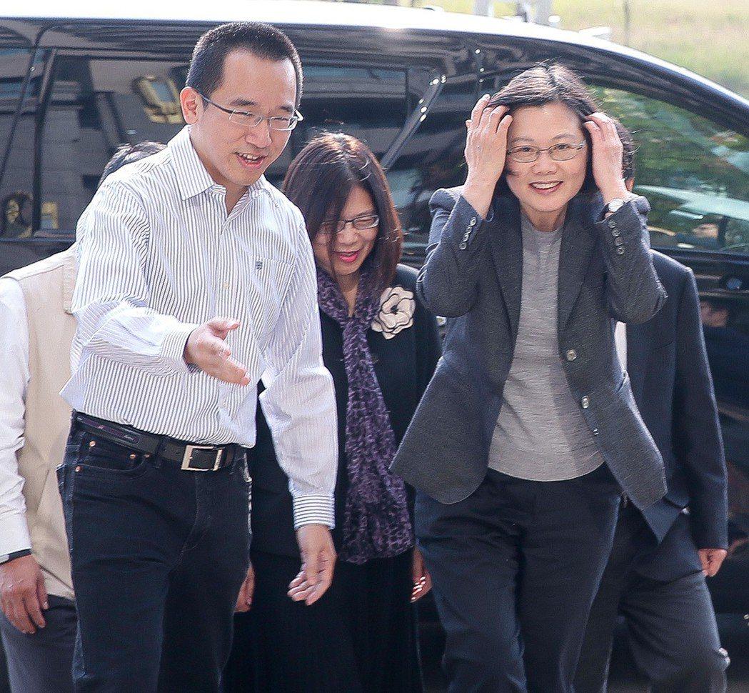 蔡英文(右)曾南下高雄探視前總統陳水扁,陳致中特地下樓迎接。 本報資料照片