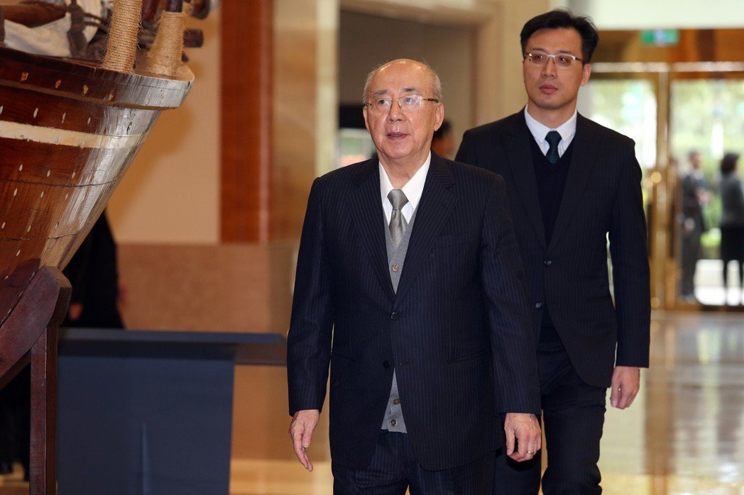國民黨前主席吳伯雄(左)與其子吳志剛。 本報資料照片