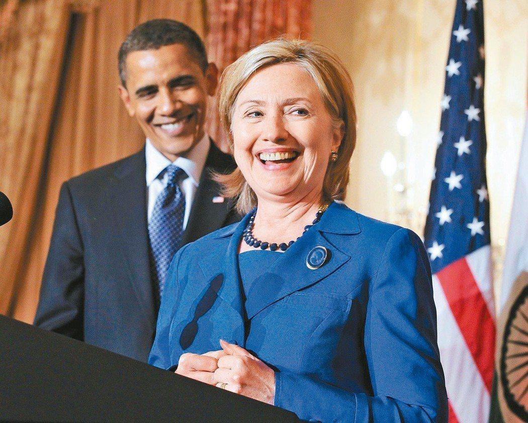 歐巴馬(後)為希拉蕊代表民主黨參選總統背書。 歐新社資料照片