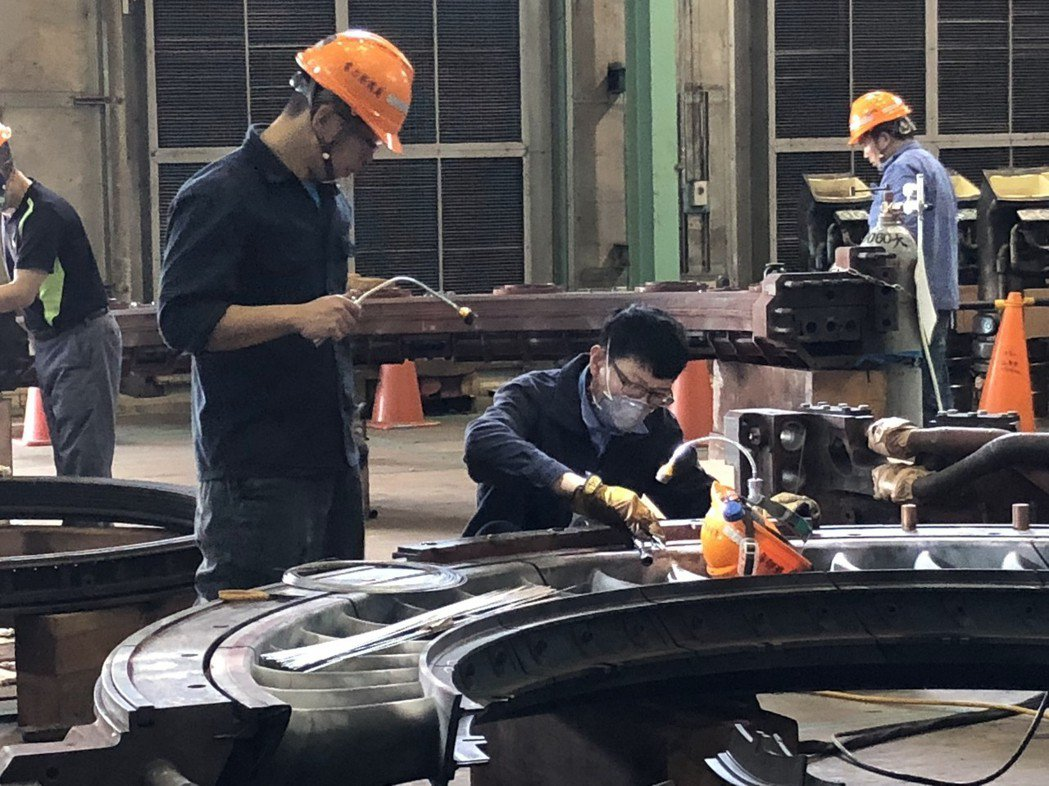 台電電力修護處北部第二分隊專長氣渦輪機維修,人員正細心檢查轉子有無裂痕。記者高詩...