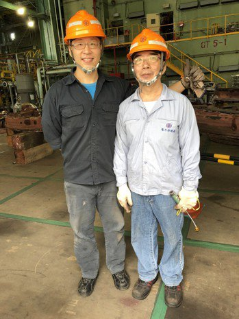 資深領班班長張德明(右)與新進工程師吳昆倫(左)合照。記者高詩琴/攝影