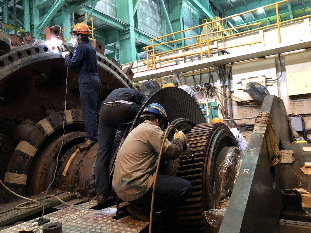 台電電力修護處北部第二分隊專長氣渦輪機清除鏽痕,以免影響運轉效率。記者高詩琴/攝...