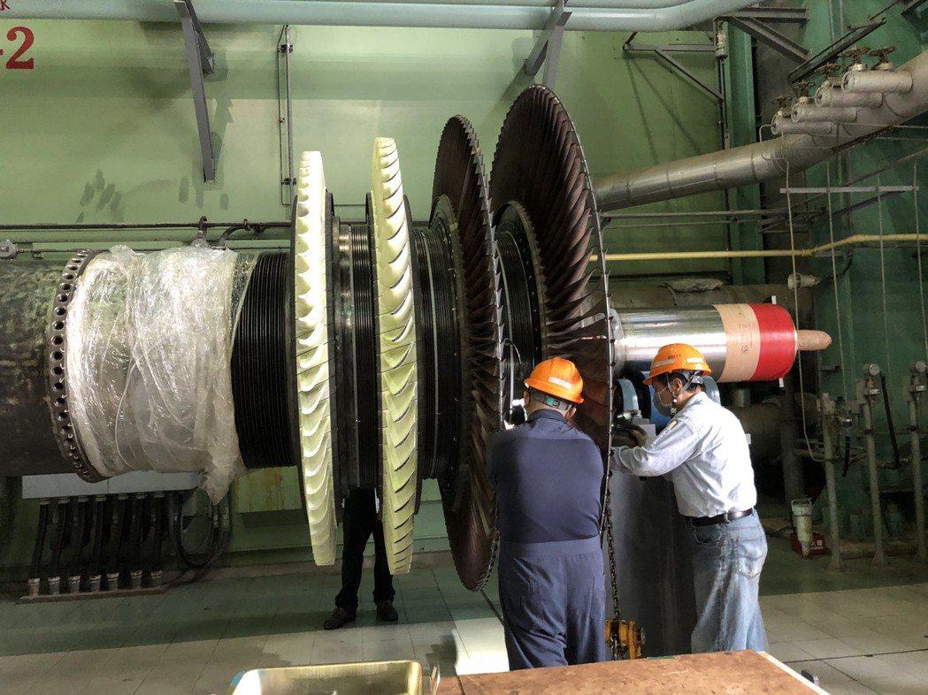 台電電力修護處北部第二分隊檢查轉子內部。記者高詩琴/攝影