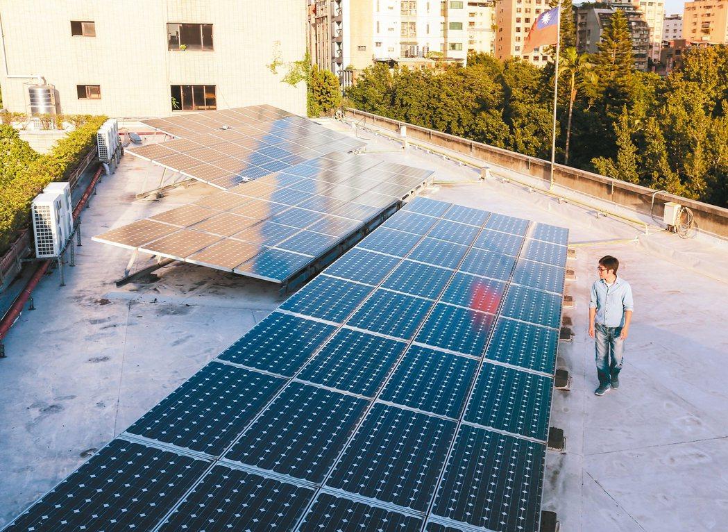 繼中央鼓勵屋頂種電之後,地方也試水溫地推出補助措施,台中市宣布明起實施,單案最高...
