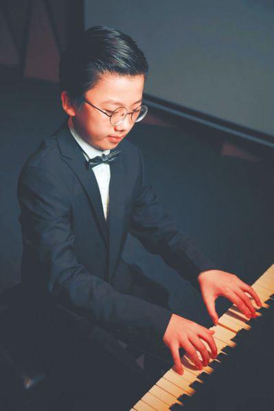 神童!10歲男孩開鋼琴音樂會,寫萬字英文小說。 圖擷自中國新聞網
