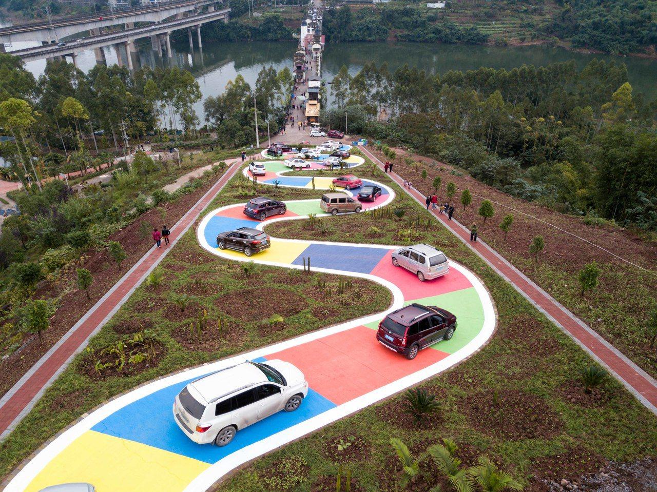 重慶彩色S型公路像貪食蛇。 新華社