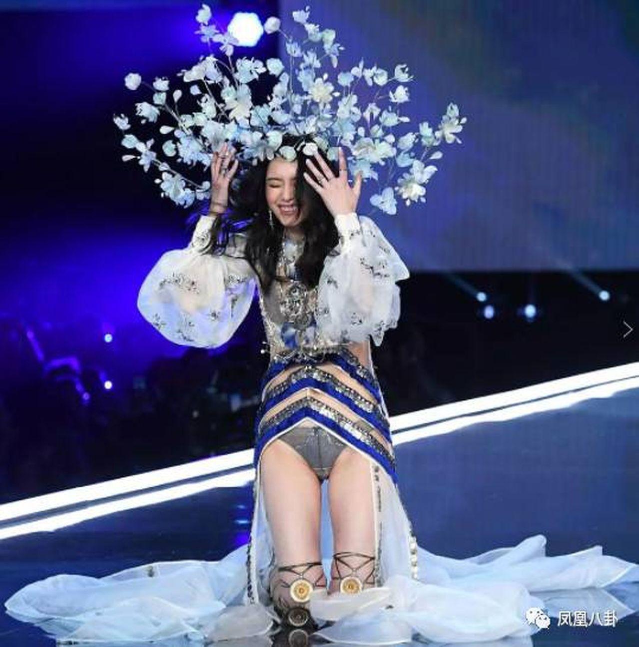 奚夢瑤跌倒後在台上整理頭飾。(取材自鳳凰網)