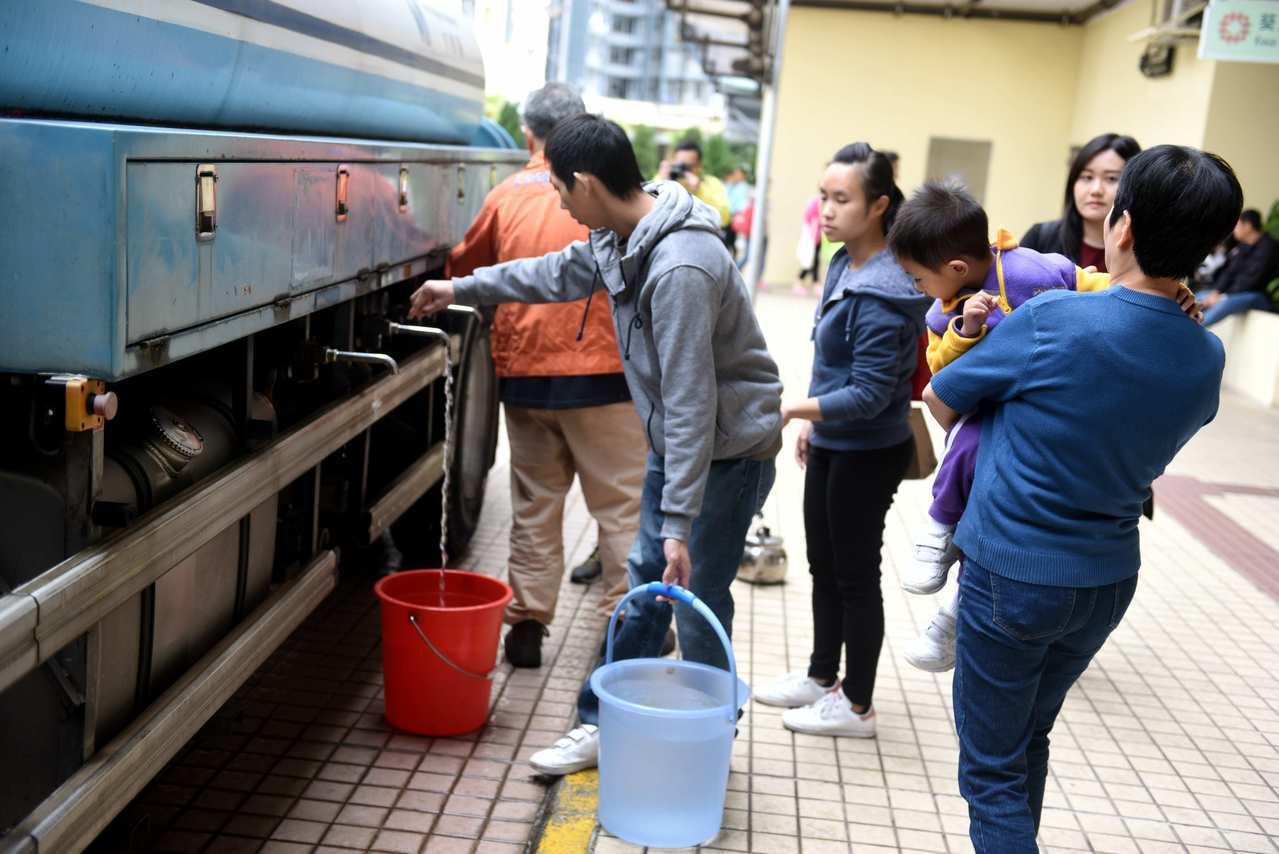 葵荃食水有機油, 十萬居民鬧「水慌」。 香港中國通訊社