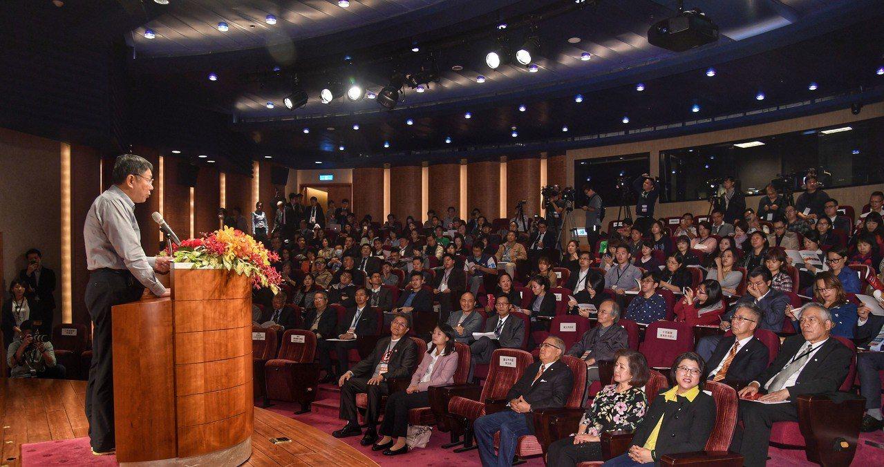 台北市長柯文哲(左前)21日在台北王道銀行出席「Best For Taipei對...