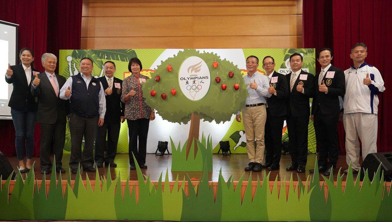 紀政(中右)出席奧運人協會成立大會。 體記協會提供