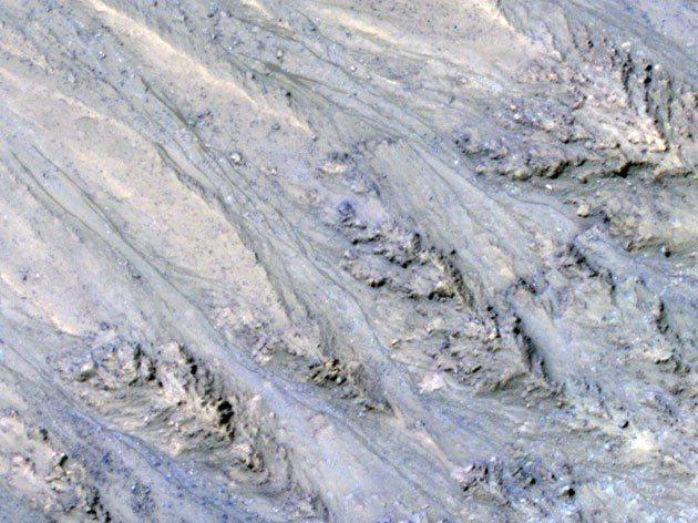 美國地質調查所(USGS)發表新研究指出,火星上的暗色斑紋不是水而是流沙,無疑是...