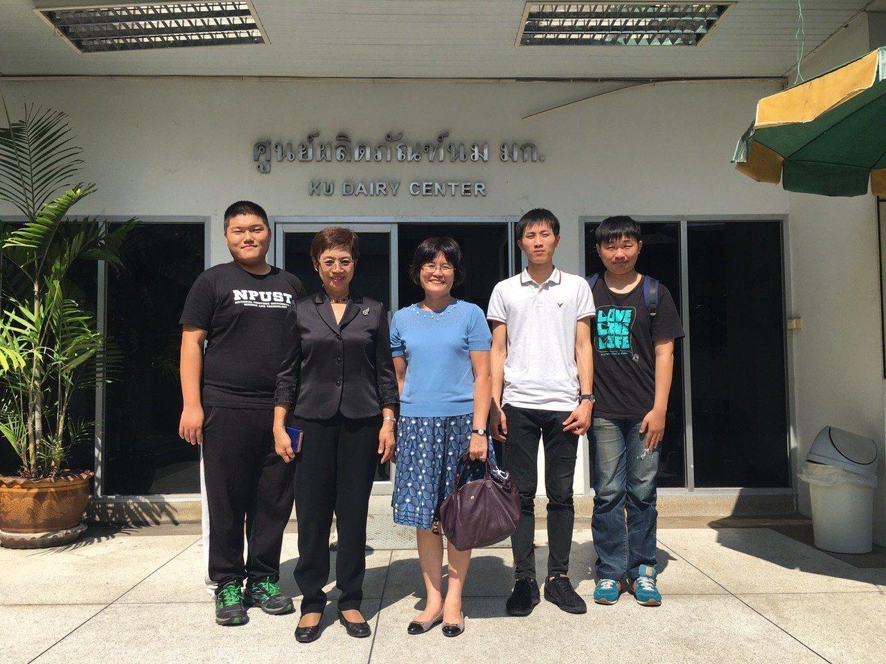 海外實習的第一天,屏科大三位同學在許詳純教授(中)的帶領下,與泰國農業大學Dai...