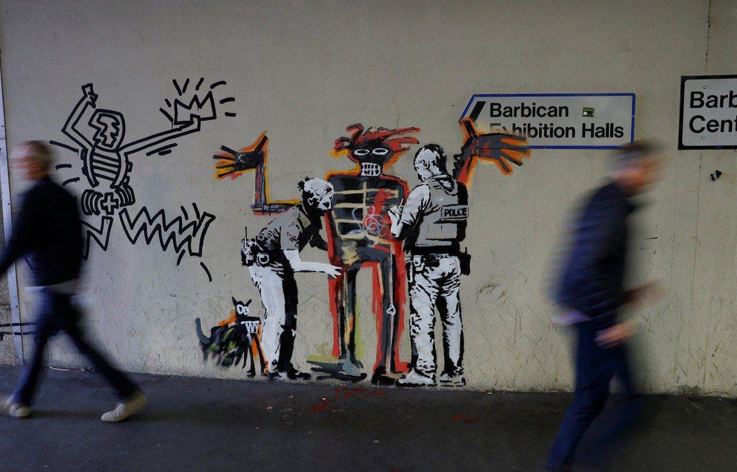 新聞指出著名塗鴉藝術家班克西在倫孰被捕,他的真身就是保羅宏納。而其實這只是宏納寫的假新聞而已。圖為班克西的作品。 圖/路透社