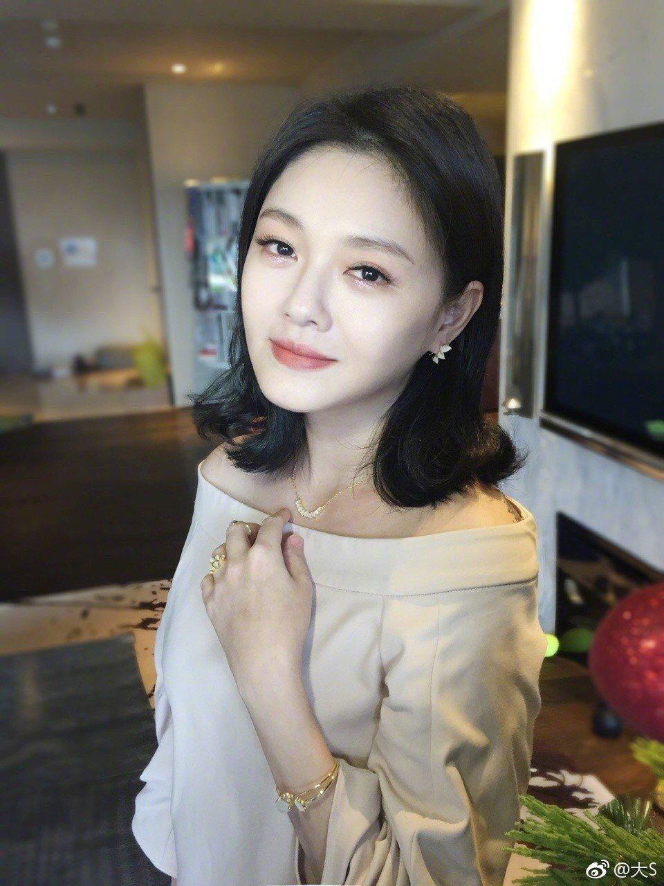 大S昨(20日)曝光新照,許多網友誇讚她變瘦了。 圖/擷自微博。