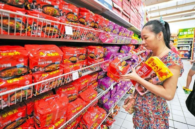 大陸外賣事業興起,搶了泡麵的「飯碗」。 圖/取自中新社