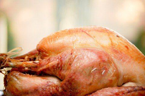 墨西哥裔女孩瑞貝卡說:「所以你問我過不過感恩節?我們家不過感恩節,但我們吃火雞,...