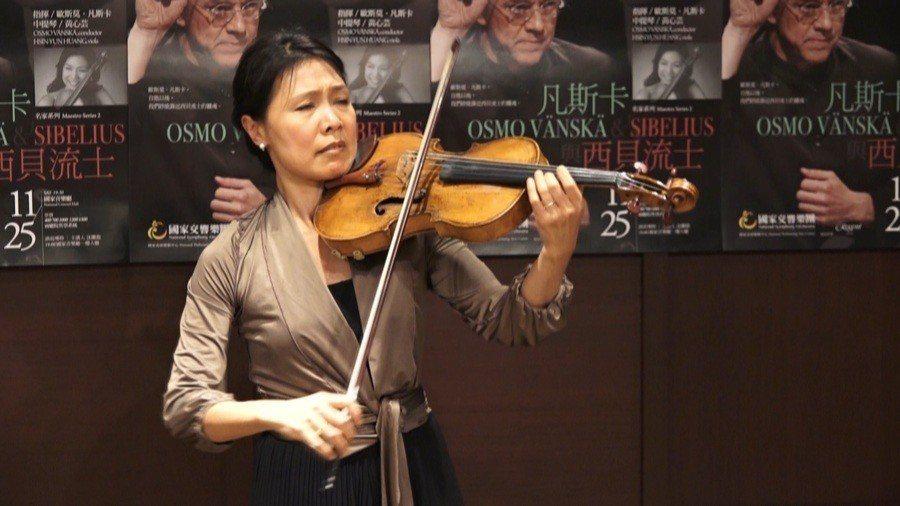 黃心芸隨手拉一段魏奧當的《中提琴隨想曲》,飽和而細膩的抖音、豐富的和弦,將中提琴...