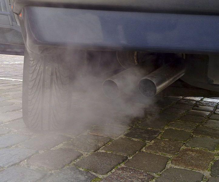 未繳汽燃費的車主應在限繳期內繳清,逾期恐被查扣存款、查封不動產。(photo b...