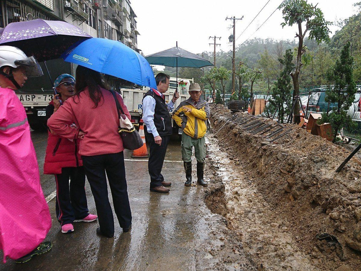 汐止水源路二段路不寬會車困難,市府也在進行拓寬工程,預計年底要完工。 圖/觀天下...