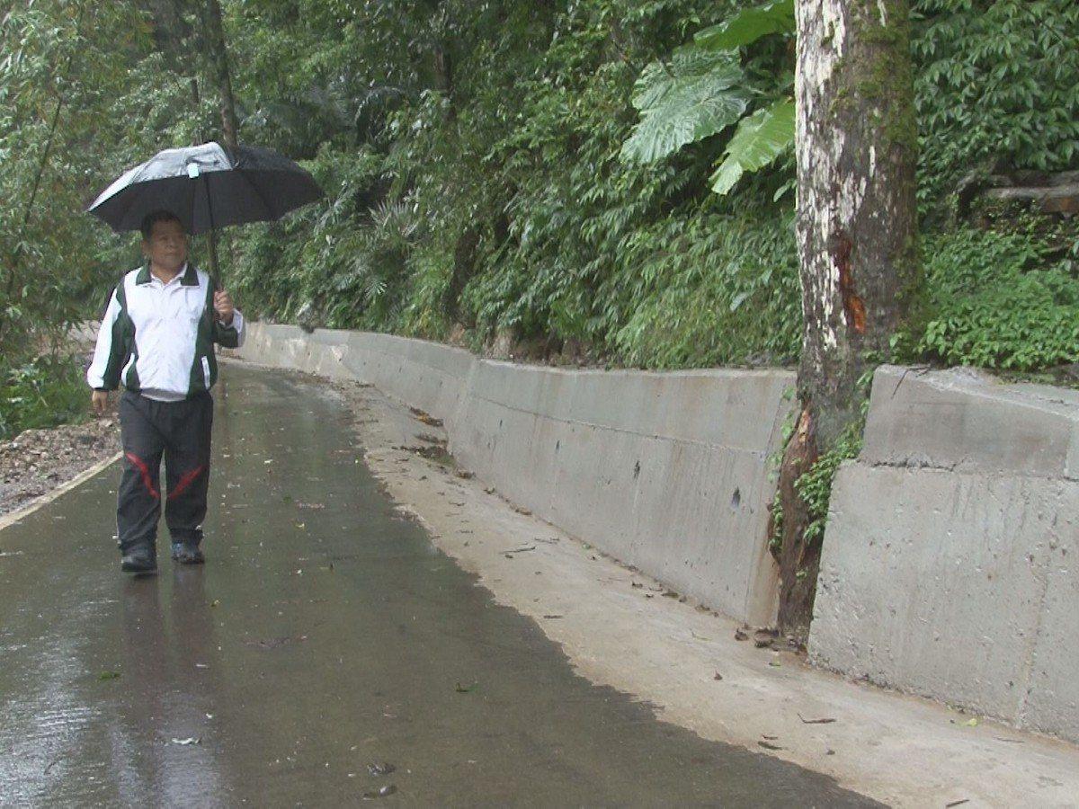 平溪區火燒寮坑是全國最會下雨的地方,路人常常因路滑而摔倒,公所分三階段進行改善。...