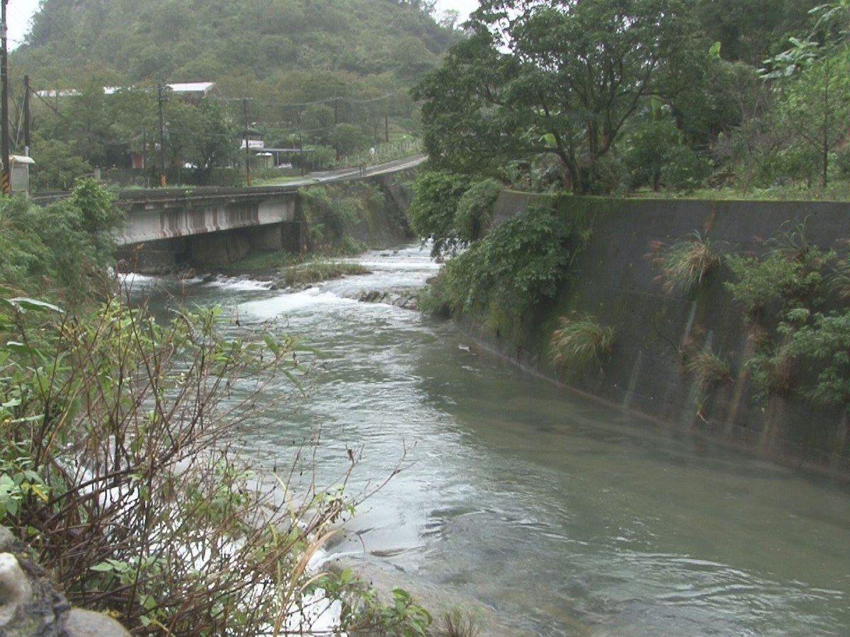 平溪區封溪護漁計畫,在地居民也反應河川的魚群都回來了,今年更進一步進行全年全區封...