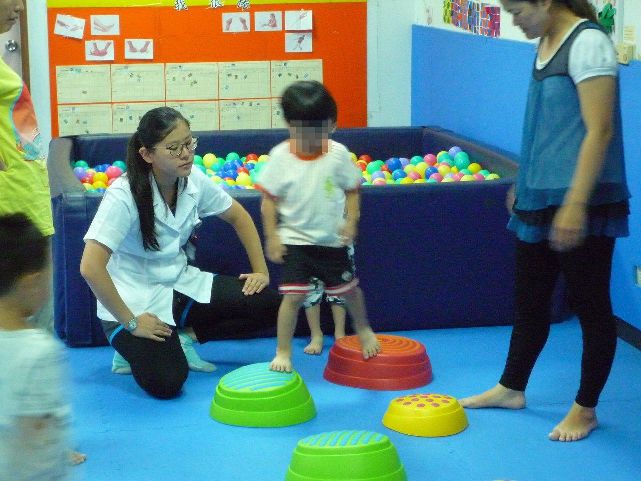 「接納」並「同理」,先處理情緒,再處理問題是與幼童溝通的不二法門。圖/草屯療養院...