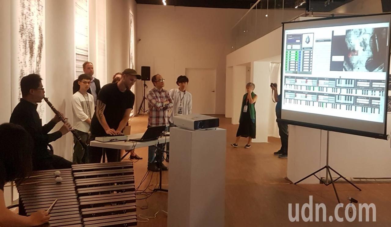 包浩斯大學藝術系碩士生Rico(左四)將昆蟲爬行軌跡透過座標轉化成音符,搭配高師...