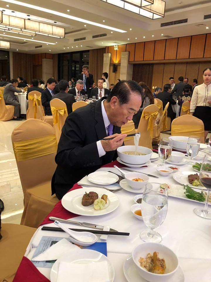 謝金河拍下宋楚瑜晚宴結束前抽空吃河粉的照片,被當成沒有台商要理會的「證據」,傳成...