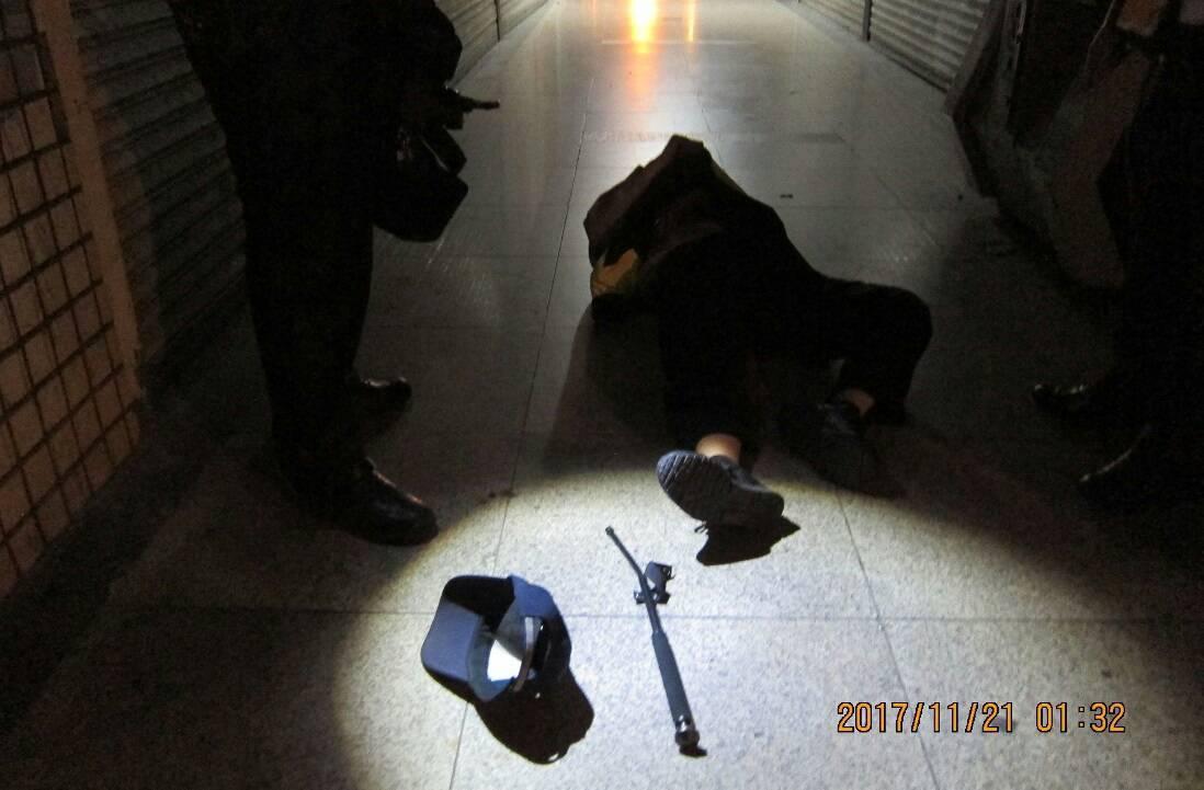 台中市第一警分局警察今天凌晨被奪警棍打傷,仍負傷逮到人。記者游振昇/翻攝