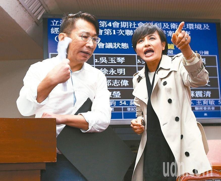 時力立委徐永明(左)遭綠委邱議瑩(右)諷刺「你們太陽花已經整個大崩潰了」。 記者...