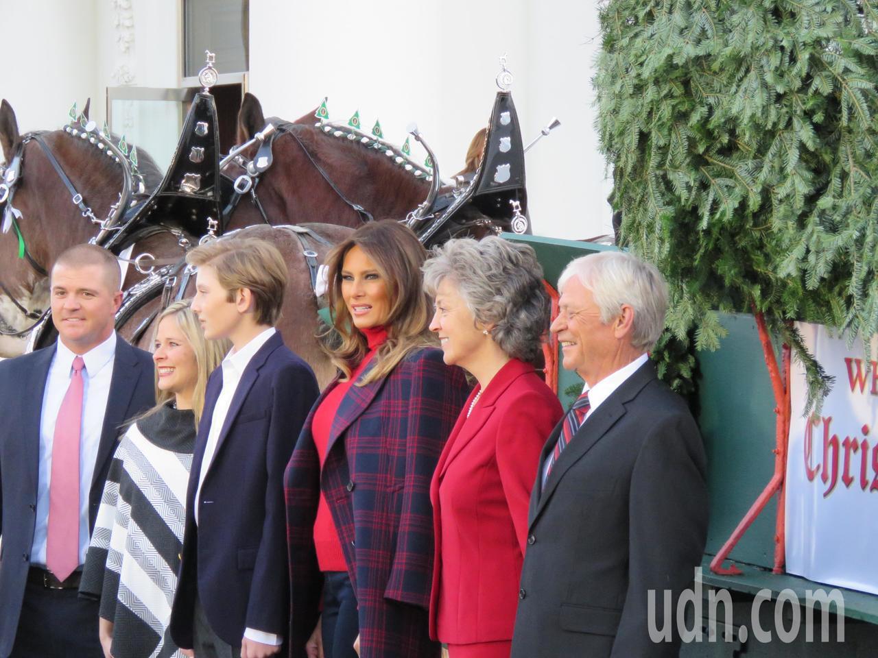 美國第一夫人梅蘭妮亞(右三)與兒子拜倫(左三)20日下午迎接白宮聖誕樹,並與提供...