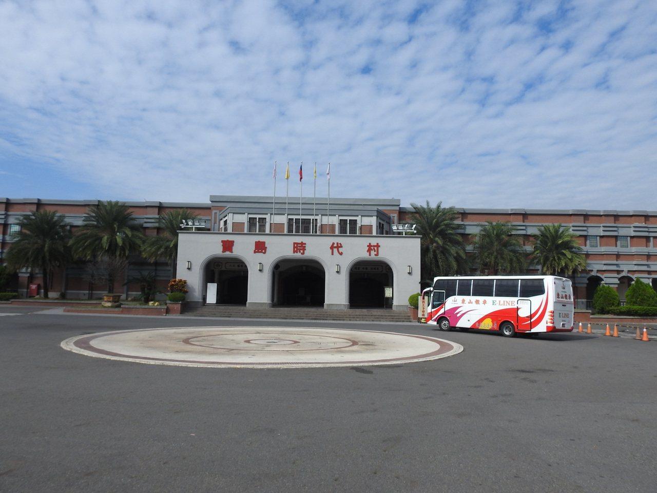 草屯寶島時代村年底將歇業,今有遠從新加坡包車而來的遊覽車,卻因巧遇周二公休日撲空...