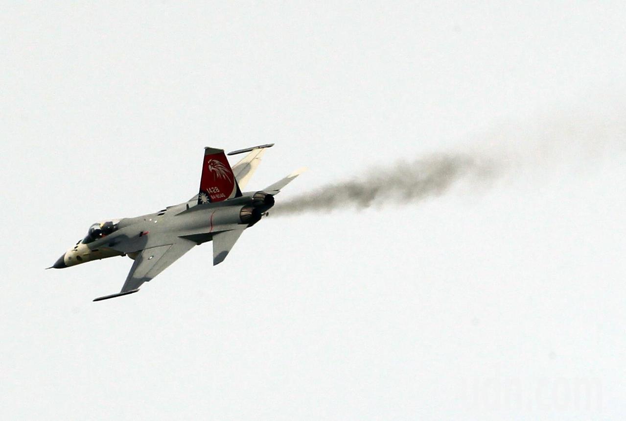 一架編號1428的IDF經國號戰機在表演完降落時排氣孔冒出黑煙,空軍軍方證實,是...
