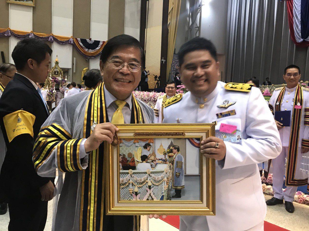 屏東大學校長古源光(左)獲泰國皇家理工大學頒榮譽博士學位。圖/屏東大學提供