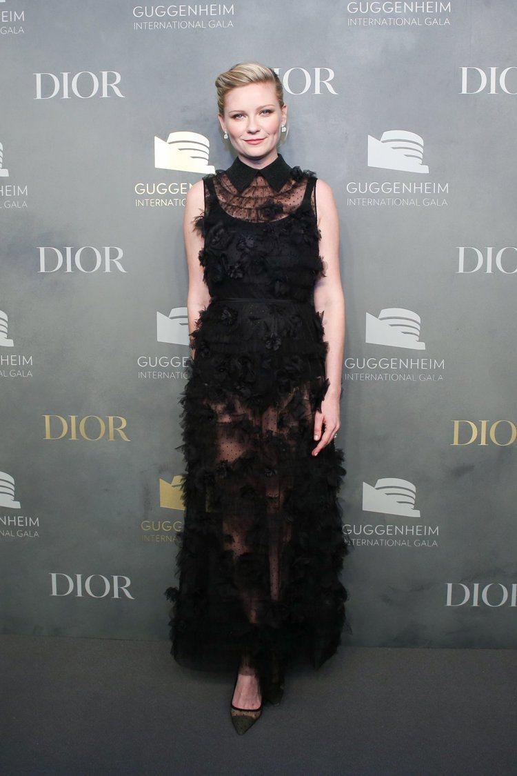 克莉絲汀鄧斯特穿黑色繡花晚禮服,搭配Rose Dior Bagatelle系列耳...