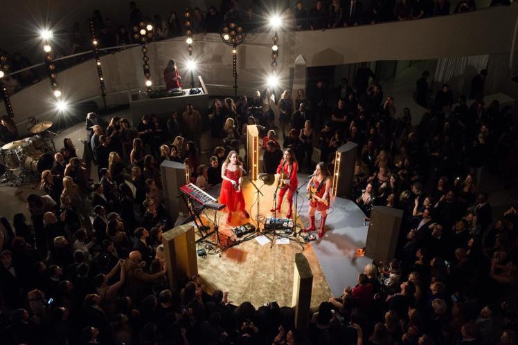 海慕(Haim)樂團在博物館圓亭內表演。圖/Dior提供