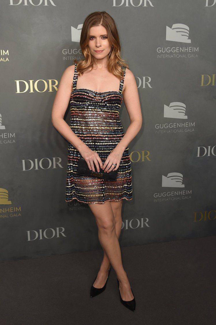 凱特馬拉身穿多色刺繡黑洋裝、麂皮淺口鞋,搭Jadior手拿包。圖/Dior提供