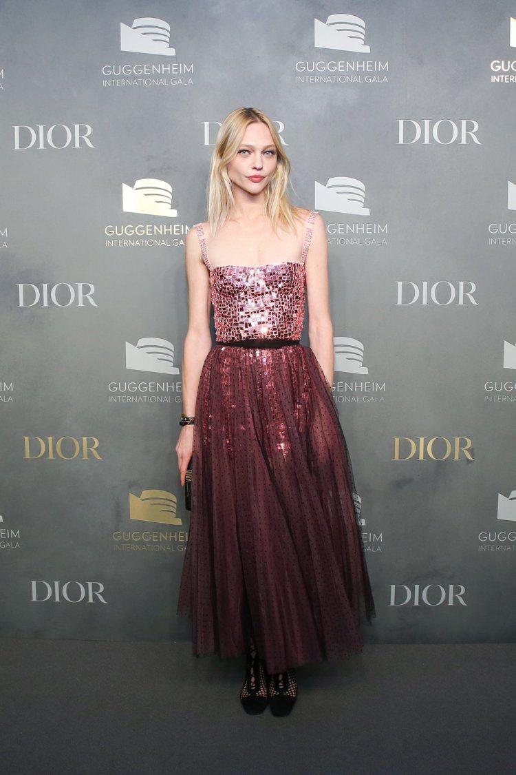 精靈超模Sasha Pivovarova以粉色亮片刺繡連衣裙出席。圖/Dior提...