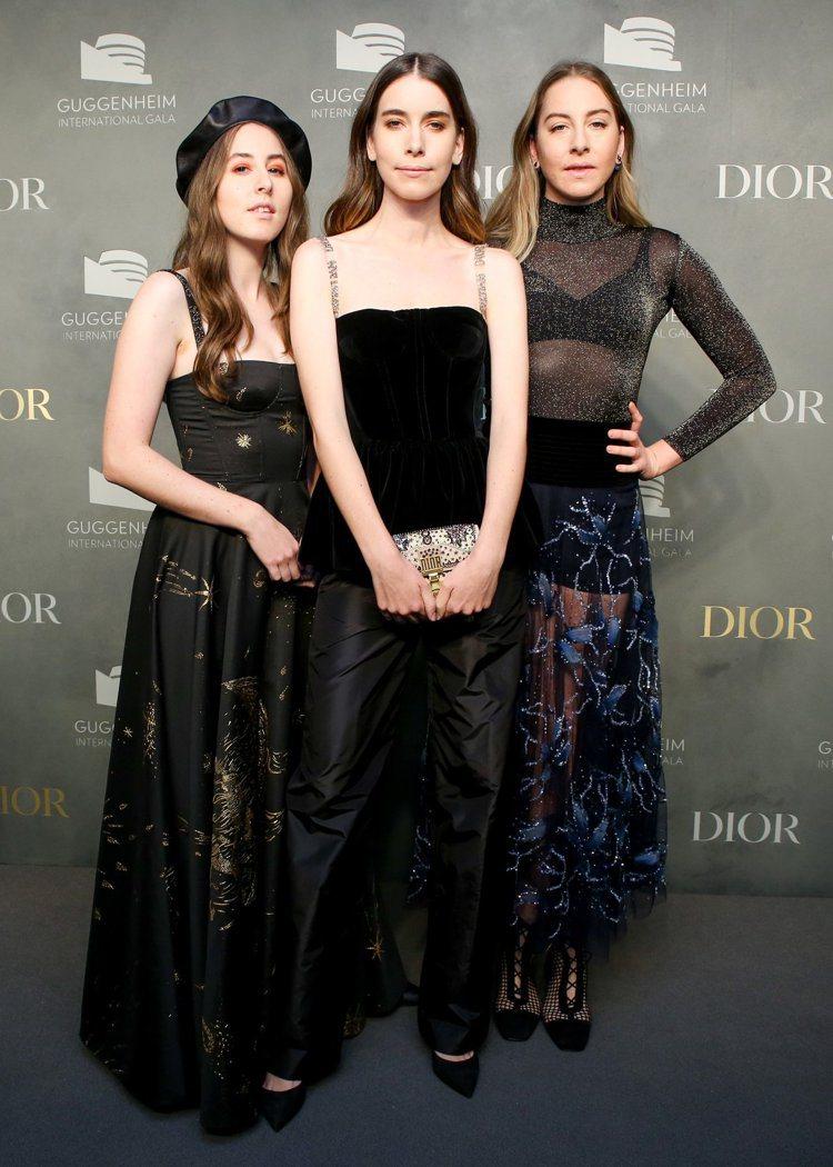 海慕(Haim)三姊妹出席時以黑色系的刺繡禮服為主。圖/Dior提供