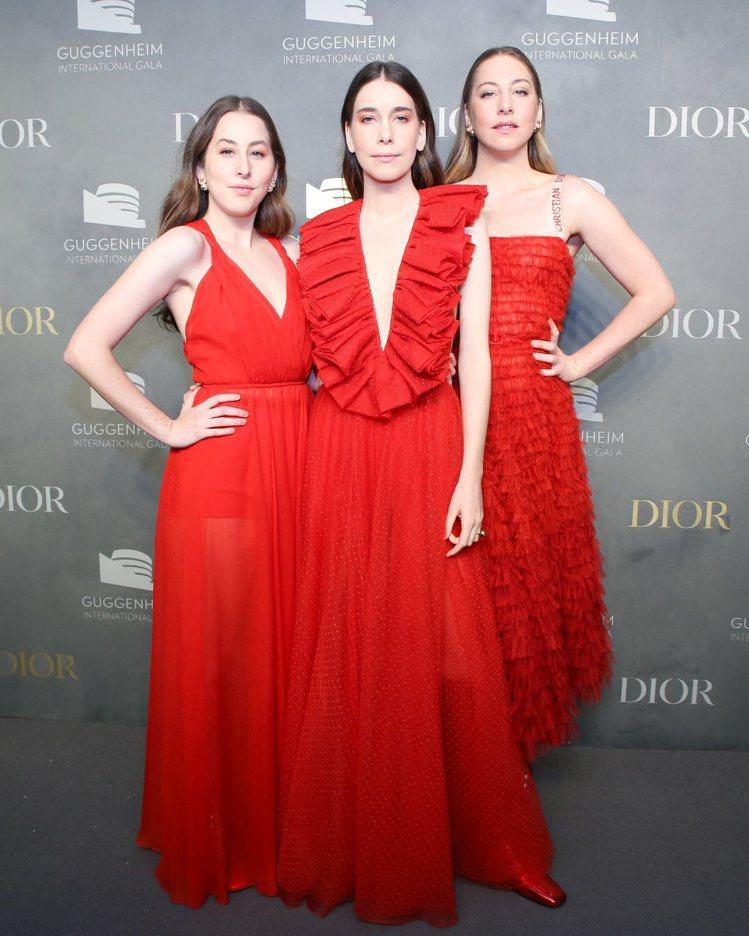 耀眼的Dior紅成為海慕(Haim)三姊妹的表演服裝。圖/Dior提供