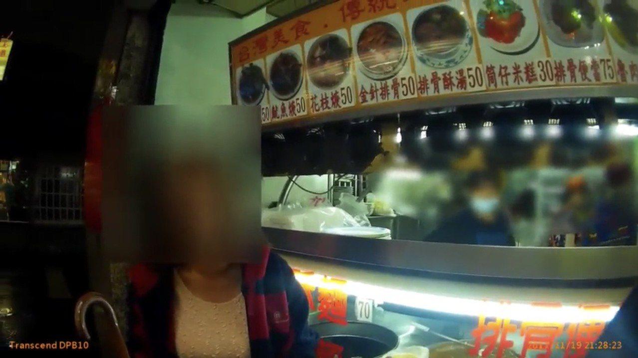 吳姓婦人吃了幾口便當,要求退費遭店家拒絕,報警處理。記者袁志豪/翻攝