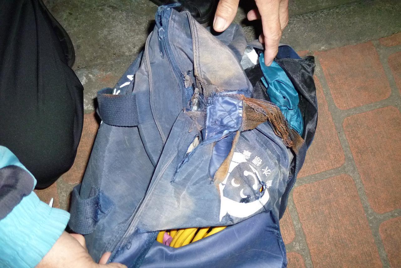 台中市鄭姓車主被騎士遺落的工具包卡住,警方借來千斤頂幫忙脫困。記者陳宏睿/翻攝